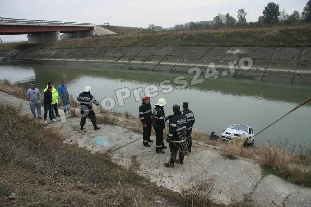 masina -cazuta -riu-FotoPress24.ro-Mihai Neacsu (6)