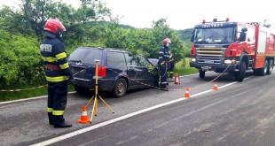 Fără permis, a intrat cu maşina într-un copac la Domneşti (2)