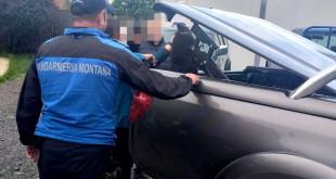 Jandarmii au ajutat la salvarea unui pui de urs (1)