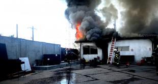 Pericol de explozie pe Drumul 23 - Rezervor în flăcări (1)